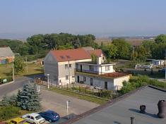 Pohled zhora nanáměstí obce